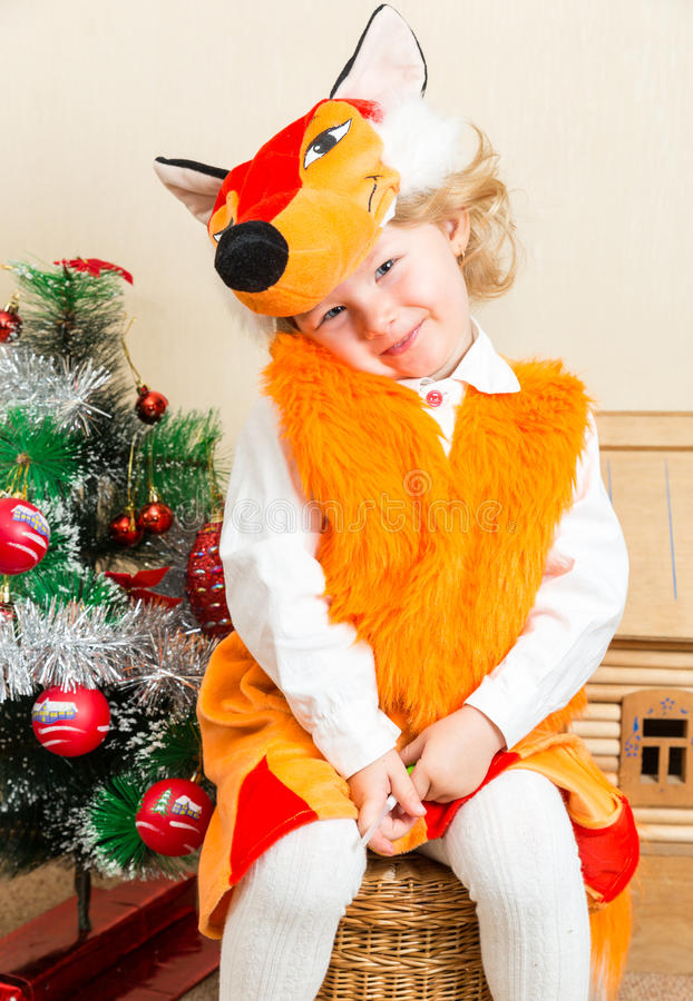 La fille de petit enfant s'est habillée dans le costume de renard près de l'arbre de Noël photo libre de droits
