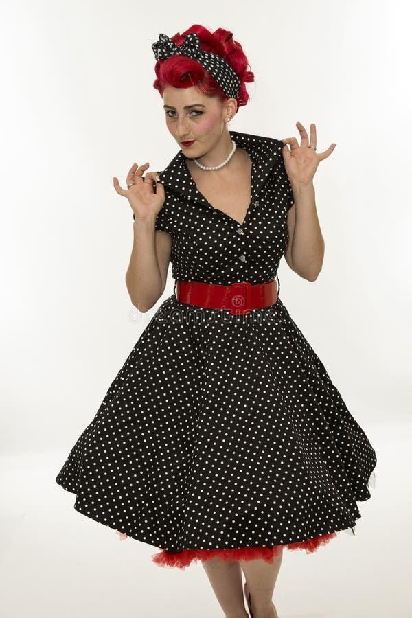 La fille de pin-up de mode dans les points de polka noirs s'habillent cru photos stock