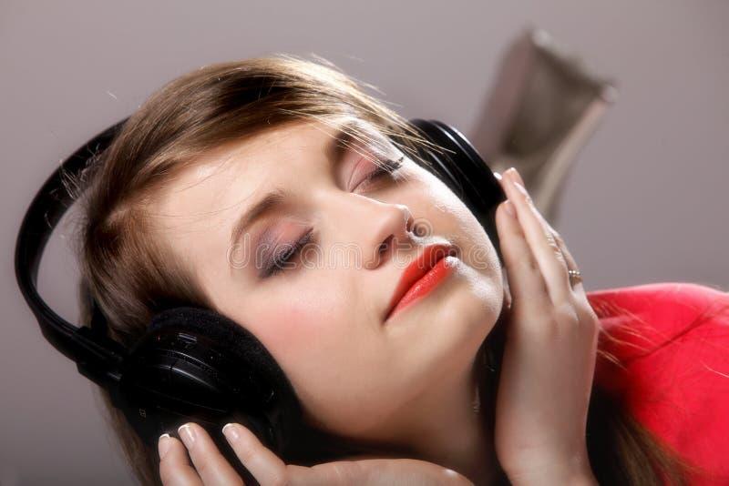 La fille de plan rapproché avec des écouteurs écoutent musique photo libre de droits