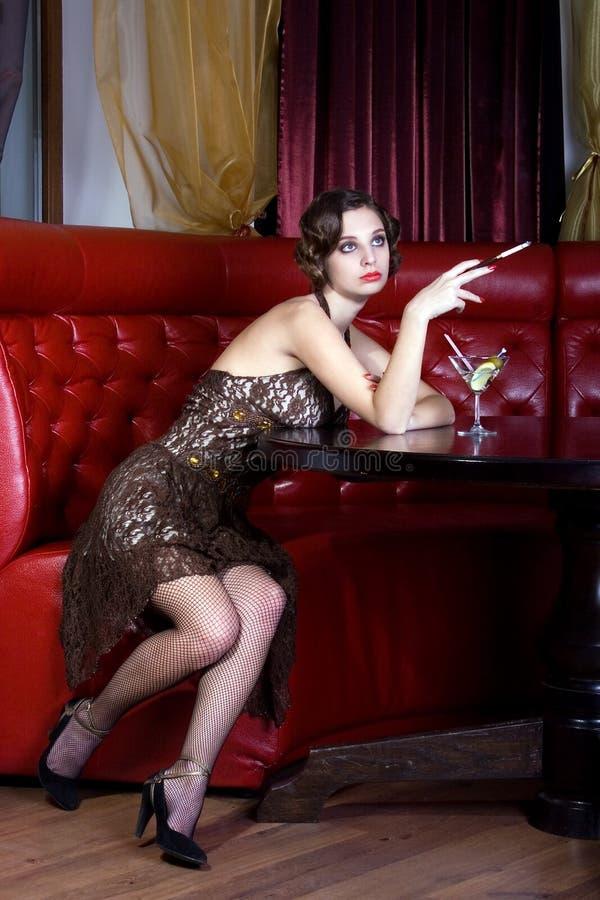 La fille de pose au restaurant photo stock