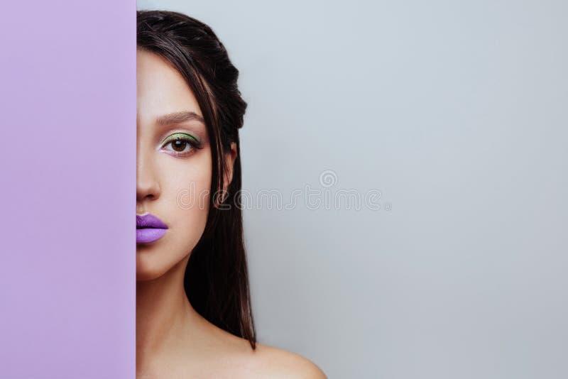 La fille de ressort avec ? la mode composent les yeux fumeux photo stock