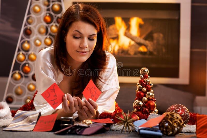 La fille de sourire décident des cadeaux de Noël photographie stock libre de droits