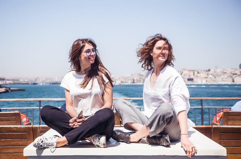 La fille de sourire de portrait sur le yacht ont l'amusement photos stock