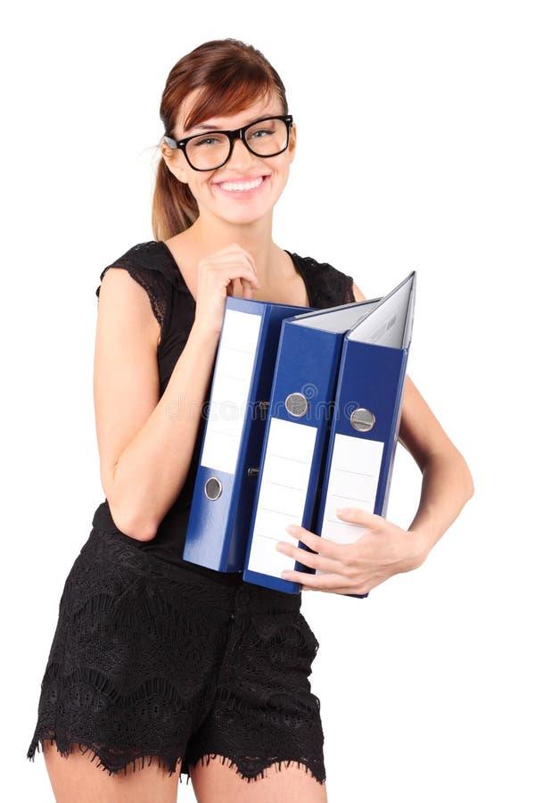 La fille de sourire en grandes glaces retient trois dépliants photographie stock libre de droits