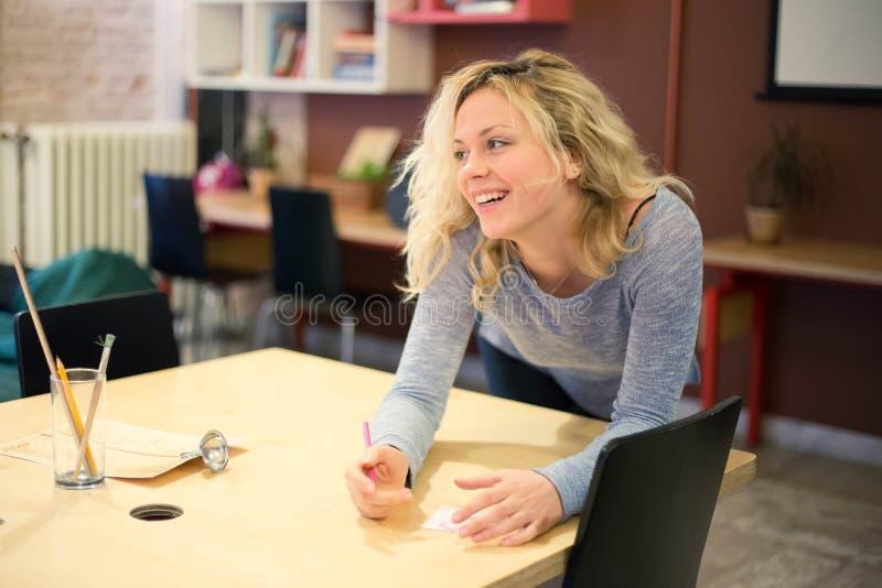 La fille de sourire est un employé de bureau photographie stock