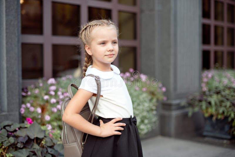 La fille de sourire heureuse va instruire pour la premi?re fois avec le sac vont ? l'?cole primaire image libre de droits