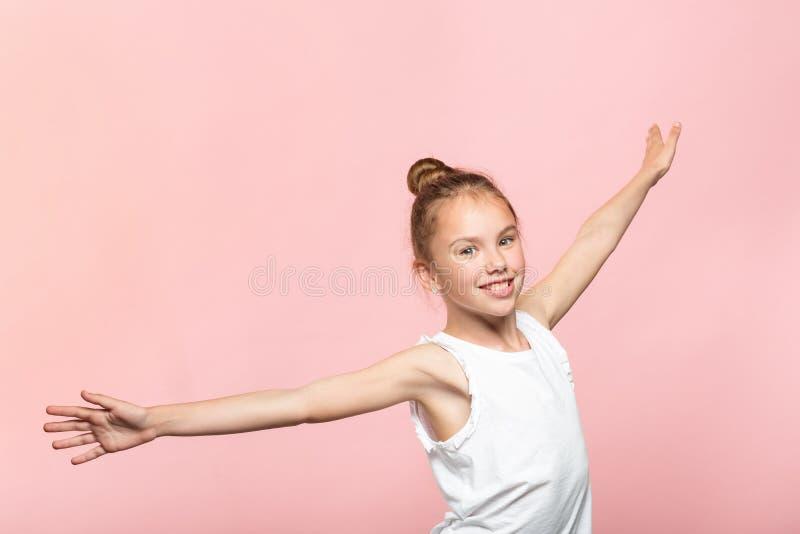 La fille de sourire de mode de vie insouciant de liberté remet l'air image stock