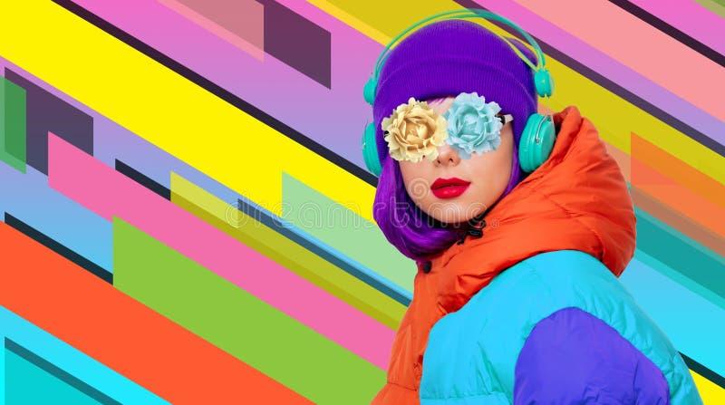 La fille de style écoutent musique dans des écouteurs photos stock