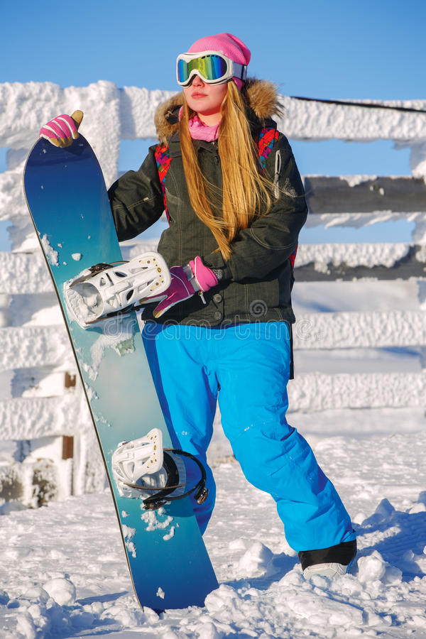 La fille de surfeur se tient avec le surf des neiges photos stock