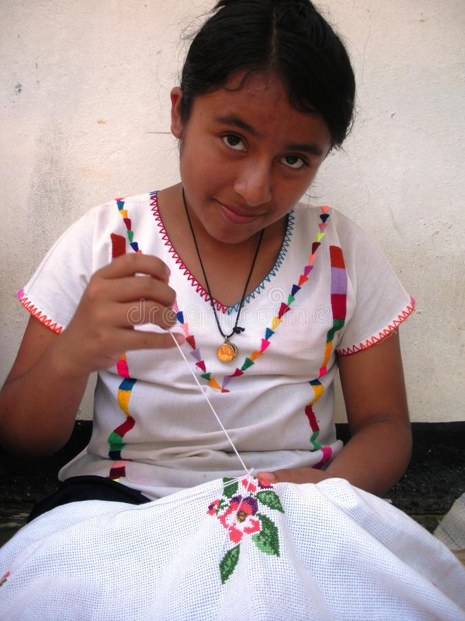 La fille de Totonaco du magico de pueblo de Cuetzalan a rapporté au président de gauche de partie concernant le combat de libérat images stock