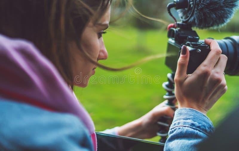 La fille de touristes de sourire dans une fenêtre ouverte d'une voiture automatique prenant la photographie cliquent sur sur la c photo libre de droits