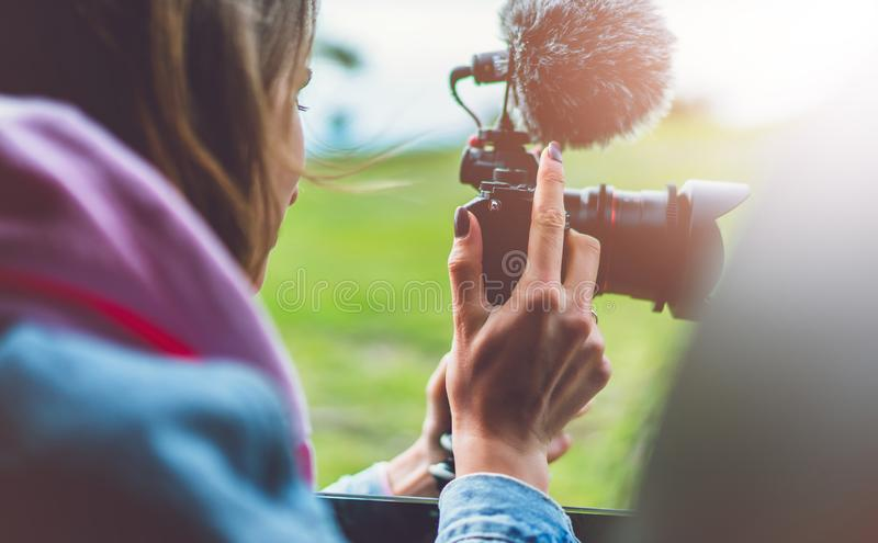 La fille de touristes de sourire dans une fenêtre ouverte d'une voiture automatique prenant la photographie cliquent sur sur la c images libres de droits