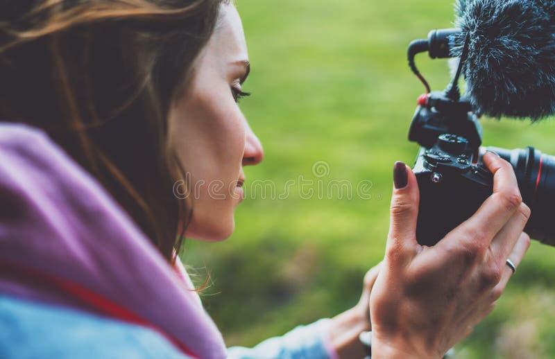 La fille de touristes de sourire dans une fenêtre ouverte d'une voiture automatique prenant la photographie cliquent sur sur la c photographie stock libre de droits