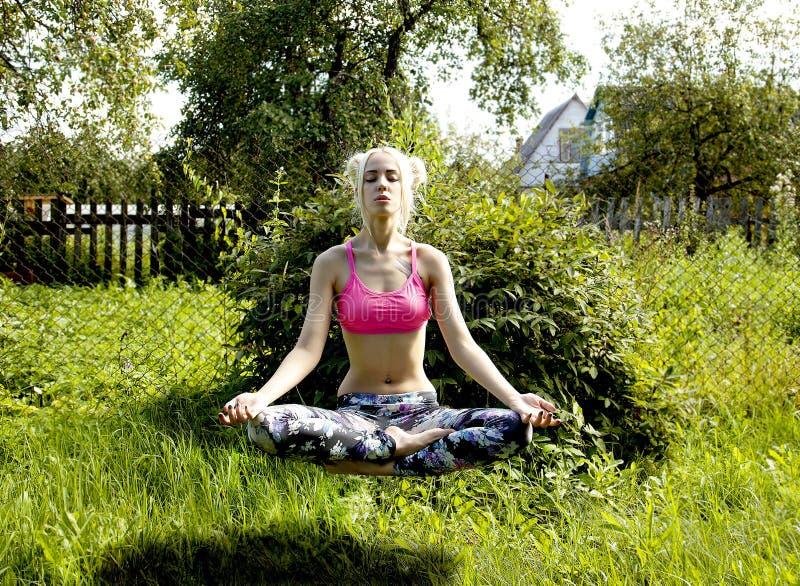 La fille de yogi médite sur la nature de la lévitation spirituelle de croissance images libres de droits