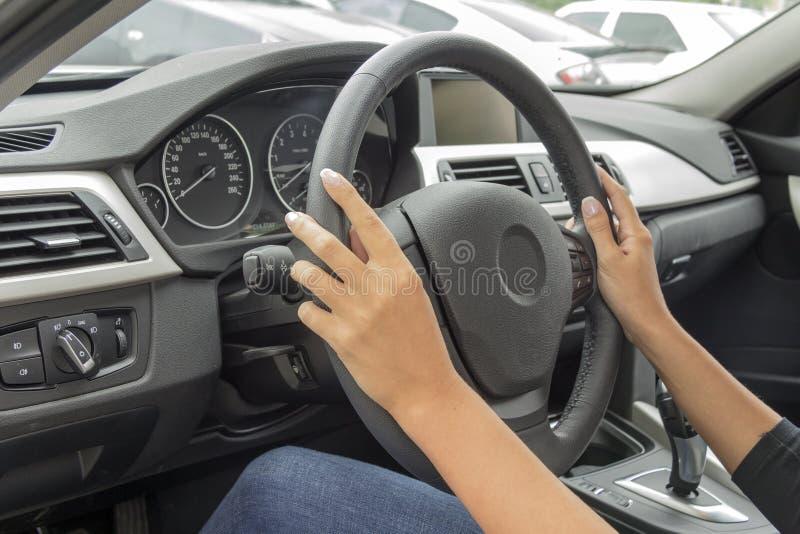 La fille derrière la roue d'une voiture photos stock
