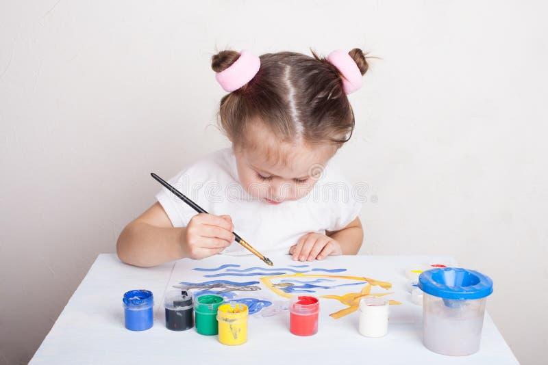 La fille dessine en peintures de couleur image libre de droits
