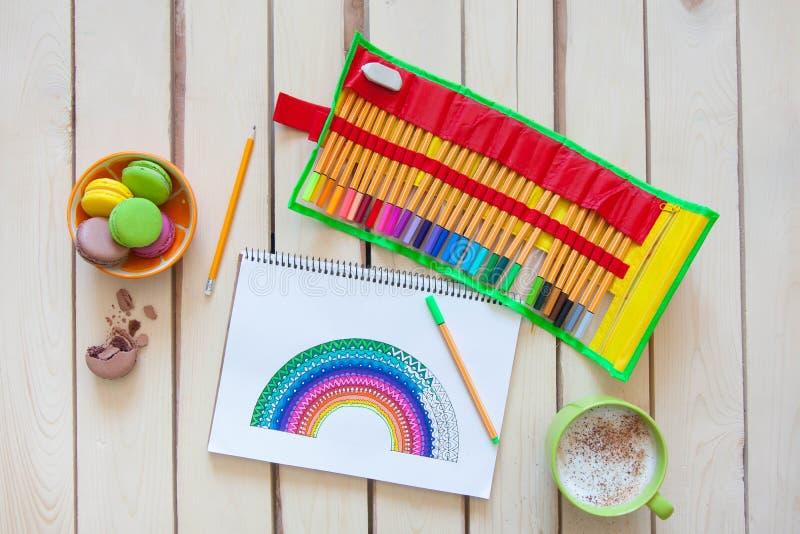 La fille dessine un arc-en-ciel Dessin positif Thérapie et relaxati d'art photo libre de droits