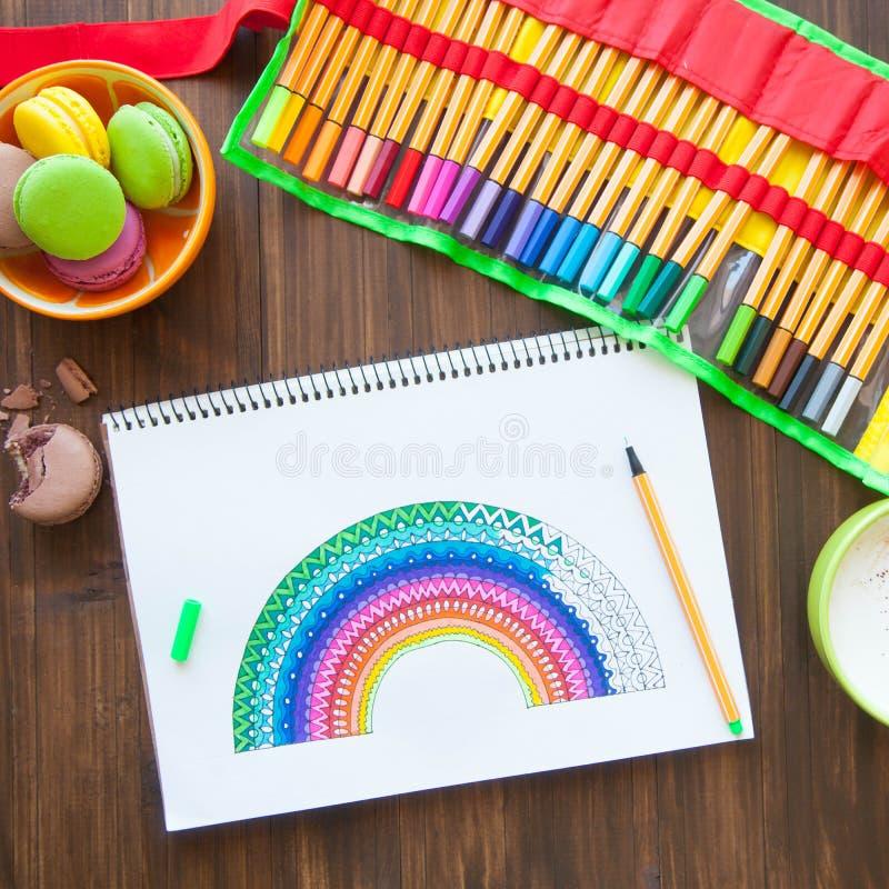 La fille dessine un arc-en-ciel Dessin positif Thérapie et relaxati d'art photos libres de droits