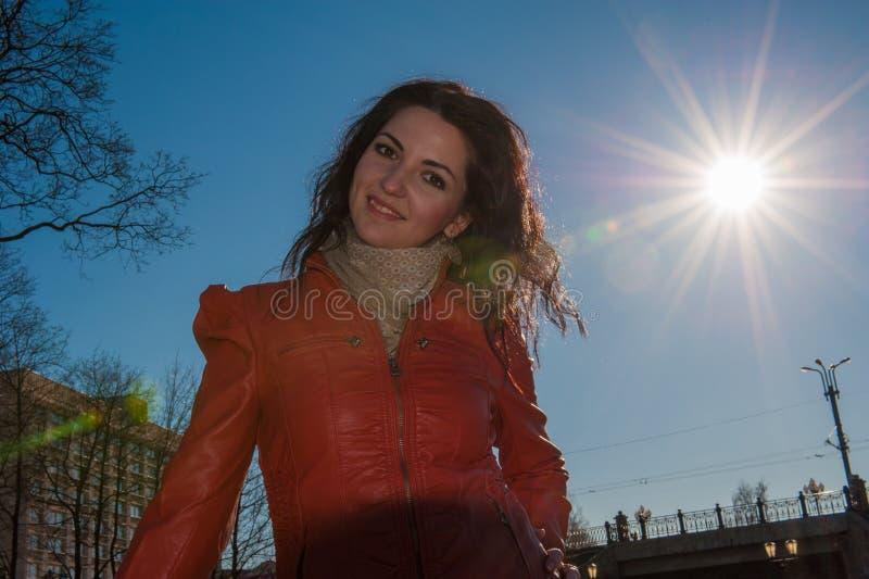 La fille devant le soleil brillant la fille brillante du soleil A est heureuse au soleil photos libres de droits