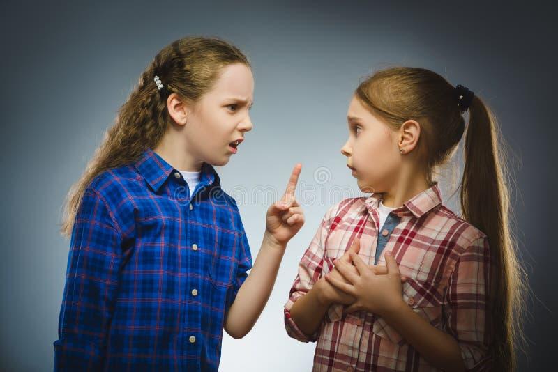La fille dit la mauvaise nouvelle à une autre fille téléphone noir de récepteur de concept de transmission image stock