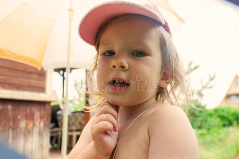 La fille dit quelque chose et tient sa main près du menton photographie stock libre de droits