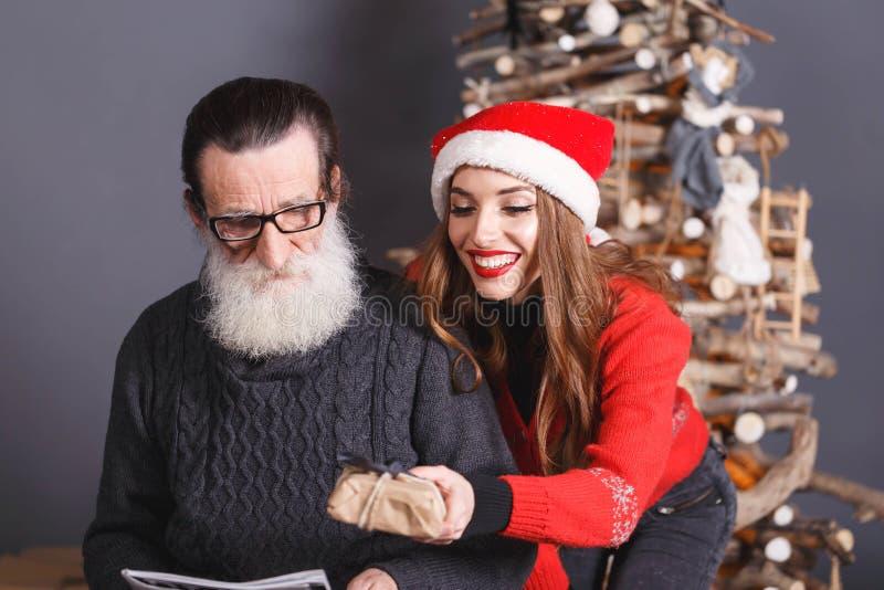 La fille donne un cadeau à son papa photos stock