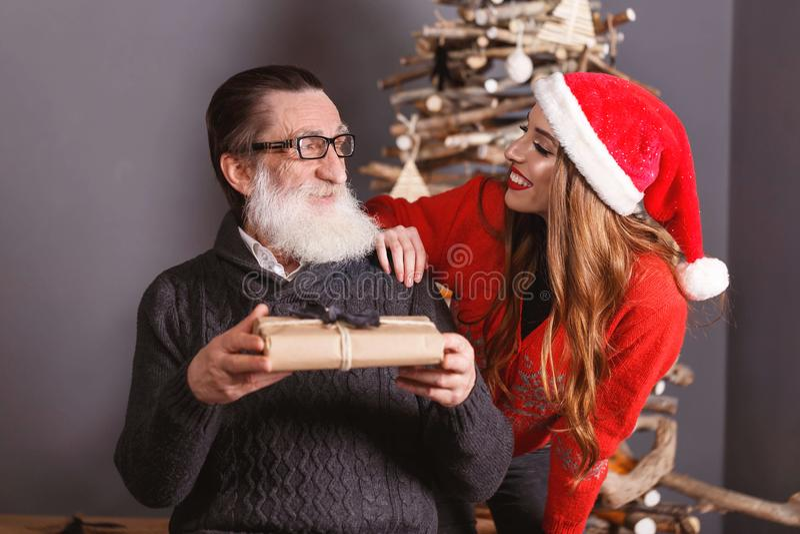 La fille donne un cadeau à son papa images stock