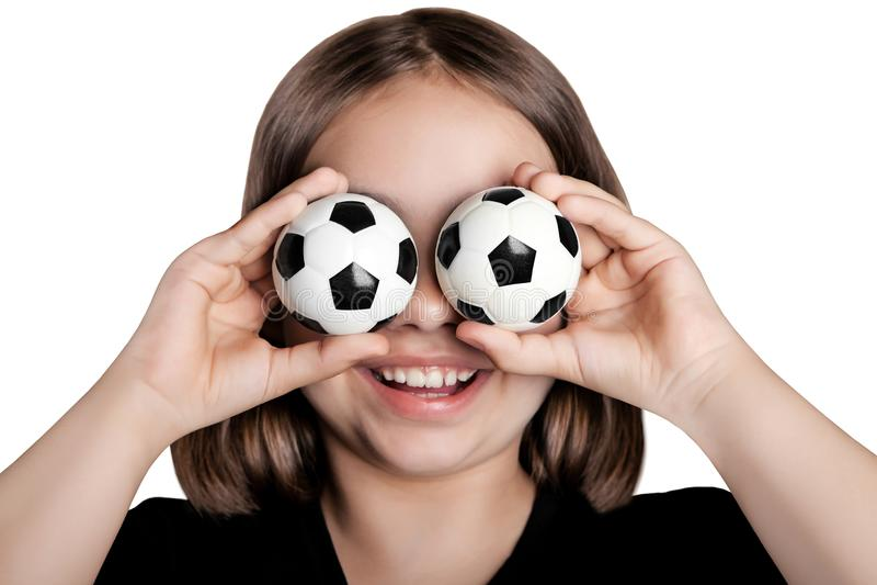 La fille drôle a fermé ses yeux avec des ballons de football image libre de droits