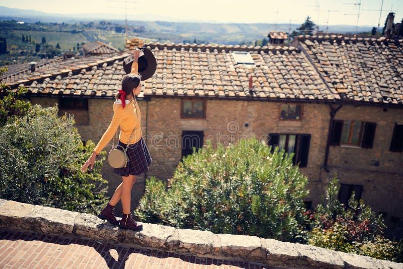La fille du touriste chez l'Italie visitant Toscane images stock