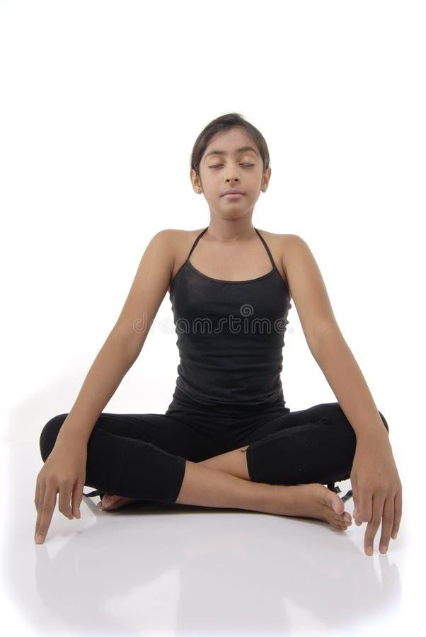 la fille effectue le yoga de pose photo stock