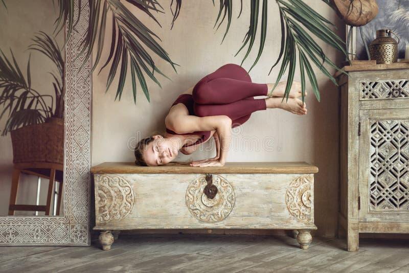 La fille en costume de prune dans une pose de yoga photo libre de droits