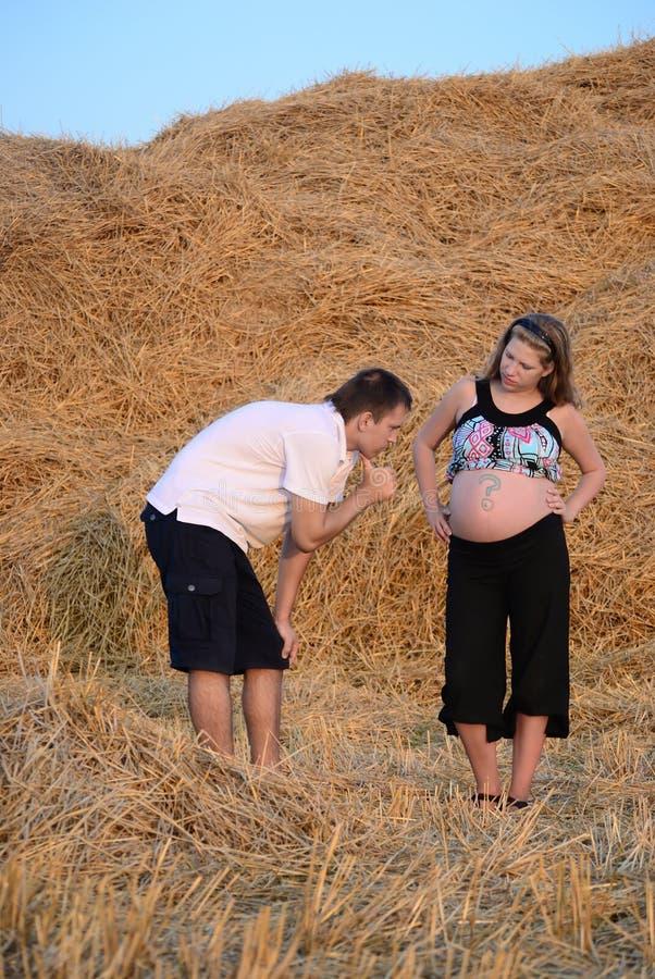 La fille enceinte et le type sur un fauchage images stock