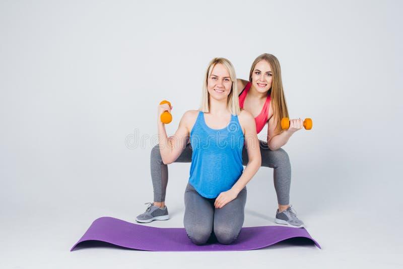 La fille enceinte et son ami sont engagés dans la forme physique photos libres de droits