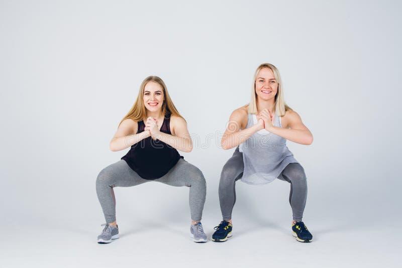 La fille enceinte et son ami sont engagés dans la forme physique photo libre de droits