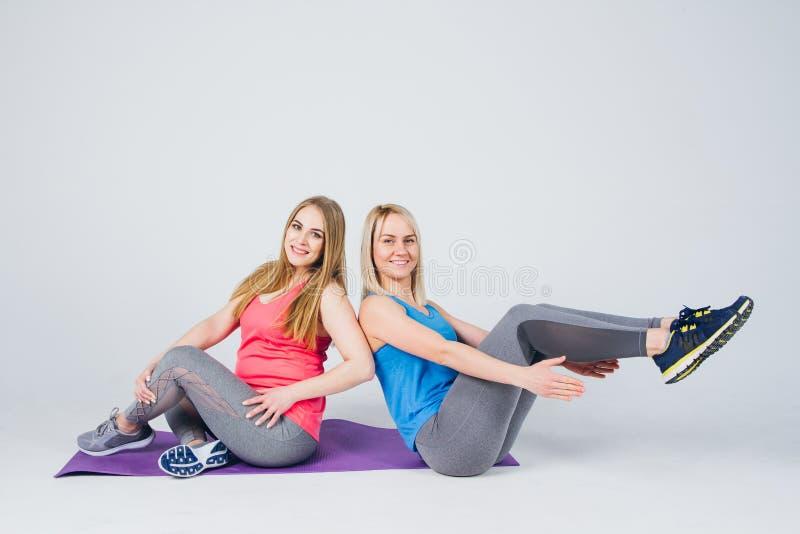La fille enceinte et son ami sont engagés dans la forme physique photo stock