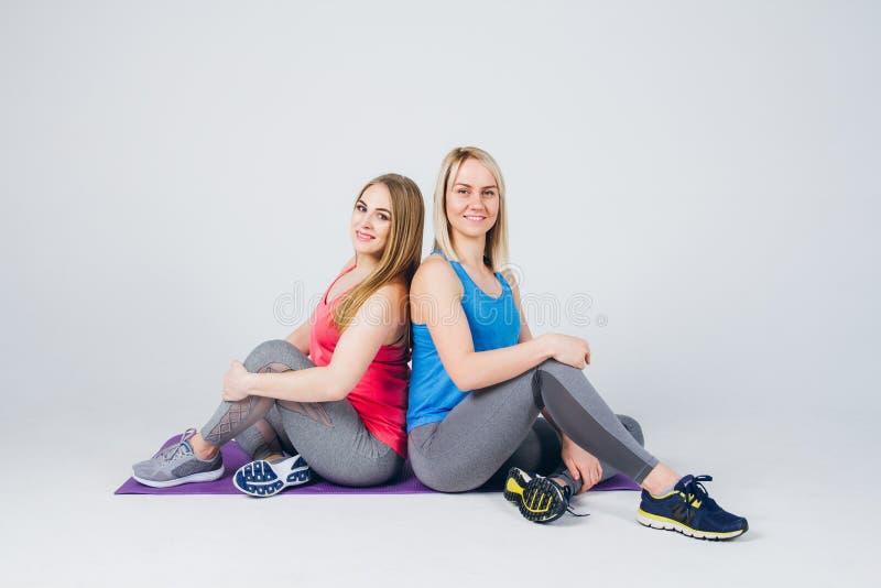 La fille enceinte et son ami sont engagés dans la forme physique images libres de droits