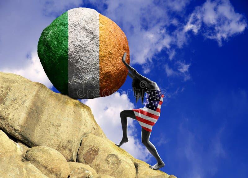 La fille, enveloppée dans le drapeau des Etats-Unis d'Amérique, soulève une pierre jusqu'au dessus sous forme de silhouette du dr illustration stock