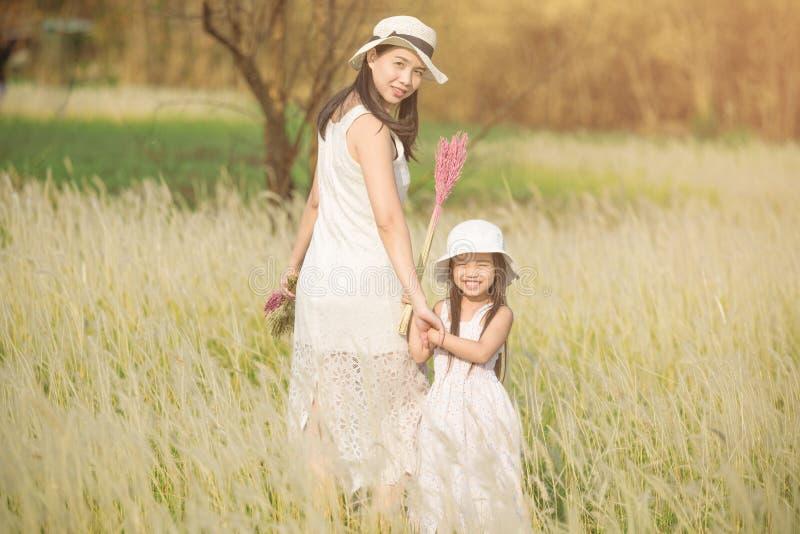 La fille est avec sa mère au pré extérieur en nature le jour ensoleillé images libres de droits