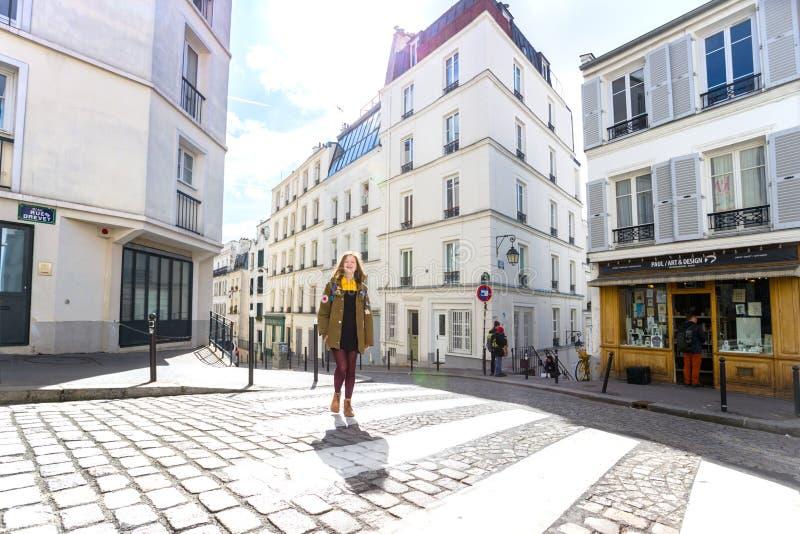 La fille est des promenades autour de Montmartre photo stock