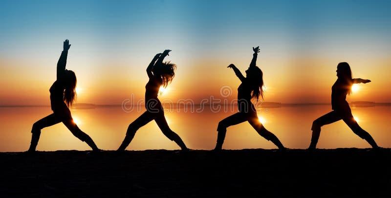 La fille est engagée dans le yoga photographie stock