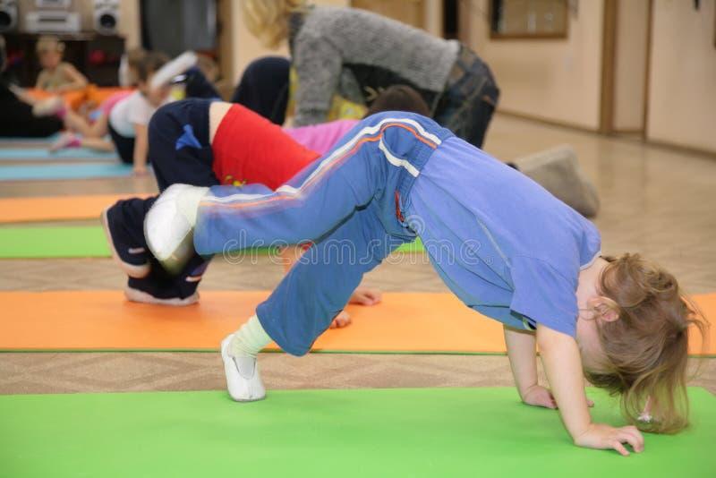 La Fille Est Engagée En Gymnastique 4 Images libres de droits