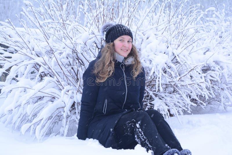 La fille est heureuse, un bon nombre de neige images libres de droits