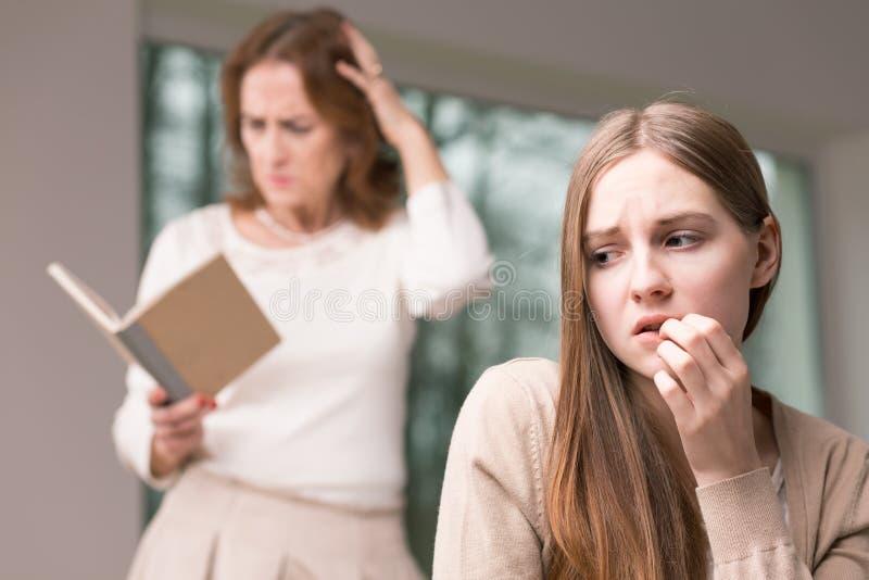 La fille et elle inquiétées adolescentes ont indiqué des secrets photos stock