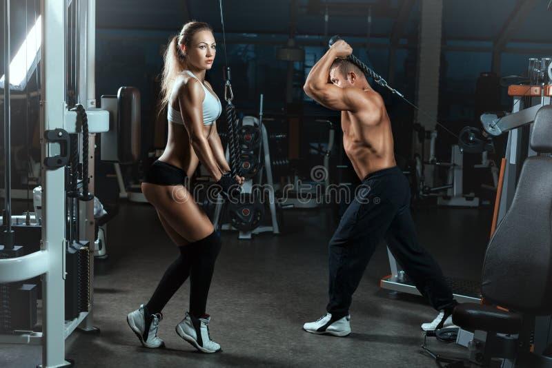 Fille De Sport Dans Le Gymnase Pour Le Bodybuilding Photo
