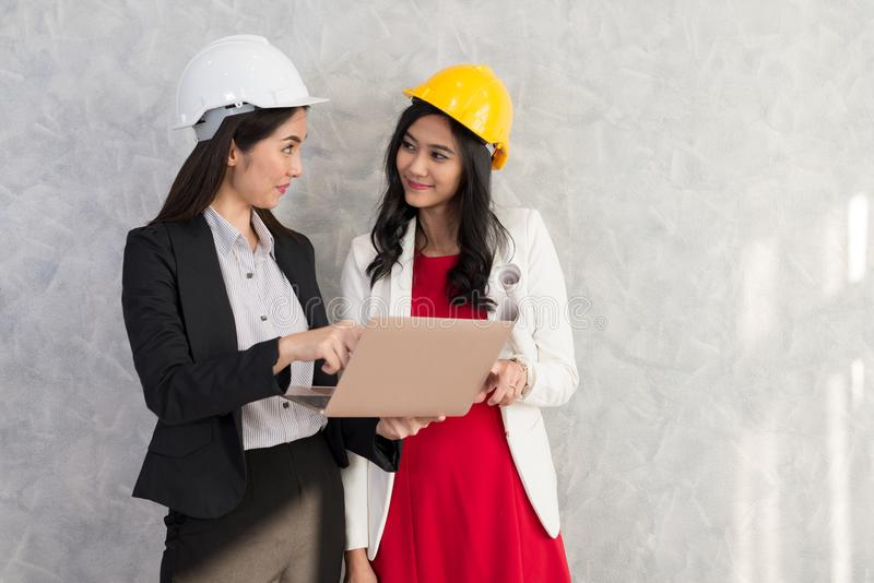 La fille et l'ingénieur d'affaires avec les personnes asiatiques travaillent avec l'ordinateur portable AR photographie stock