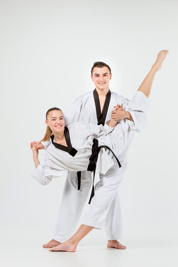 La fille et le garçon de karaté avec les ceintures noires images libres de droits