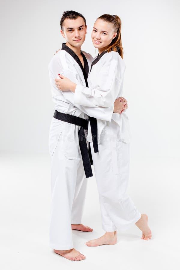 La fille et le garçon de karaté avec les ceintures noires photos libres de droits