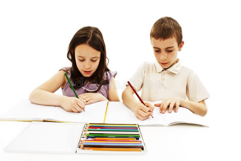 La fille et le garçon peignent photos stock