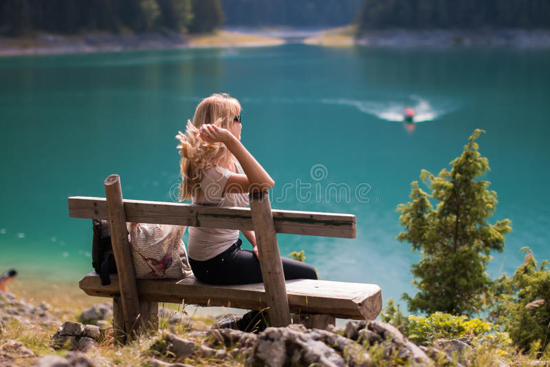 La fille et le lac images libres de droits