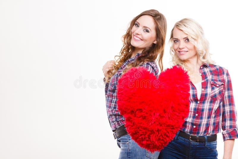La fille et la mère adultes avec le coeur aiment le signe photo libre de droits